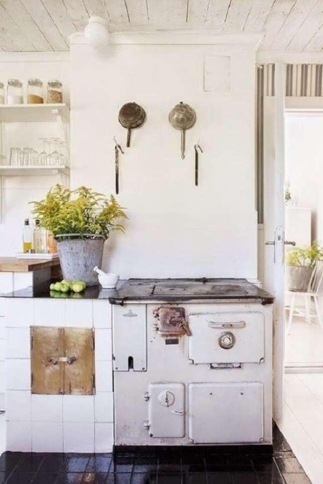 45. Decoração de área gourmet com fogão a lenha organizada com prateleiras e armários – Foto Pinterest