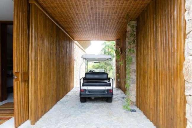 16. Garagem com portão de madeira – Foto Antonio Ferreira Junios e Mario Celso Bernardes