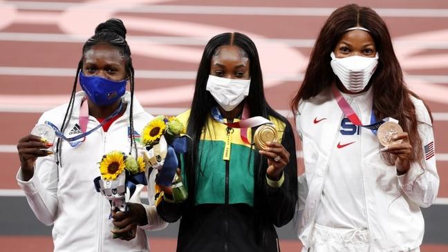 Gabby Thomas (à direita) investiga a desigualdade racial no acesso aos serviços de saúde nos Estados Unidos