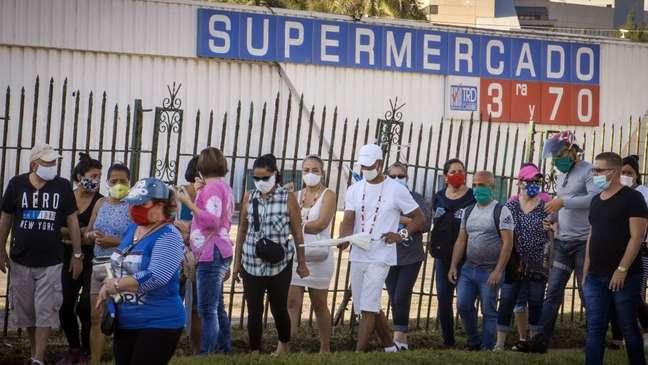 Os cubanos geralmente têm que esperar em longas filas para ter acesso a produtos básicos durante a pandemia