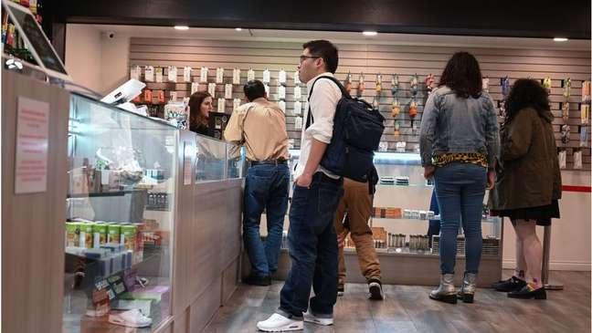 Turistas compram maconha em loja na Califórnia