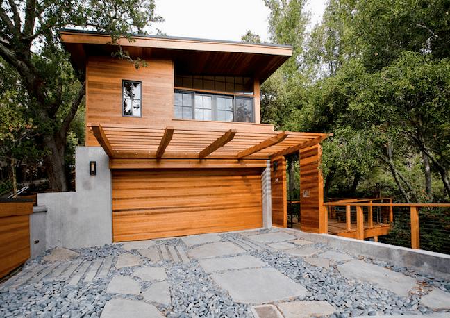 5. Modelos de garagem de madeira com portão de madeira e cobertura – Foto Pinterest