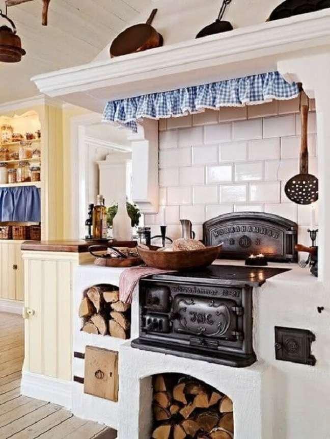 52. O fogão a lenha é perfeito para ambientes rústicos como área gourmet -Foto Pinterest