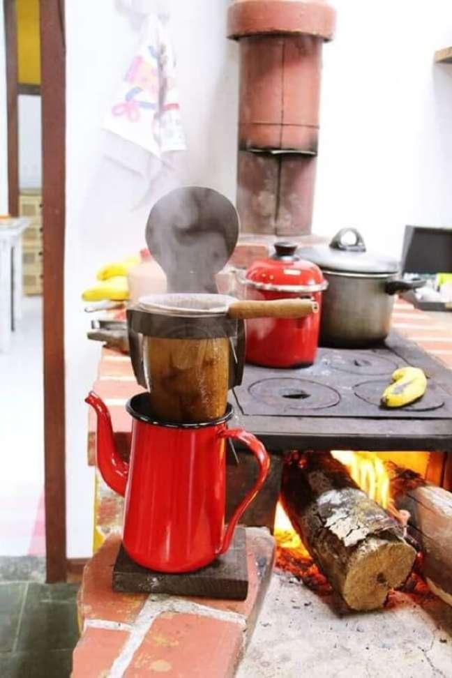28. Área gourmet com fogão a lenha revestido com tijolinhos – Foto Pinterest