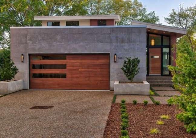 60. Casa com garagem de portão de madeira e vidro – Foto Houzz