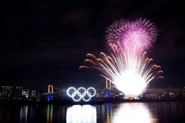 Anéis olímpicos iluminados na baia de Odaiba seis meses antes da abertura de Tóquio-2020 (Crédito: Divulgação)
