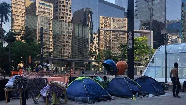 Na Avenida Paulista, moradores de rua acampam em meio a grandes prédios comerciais, explicitando a desigualdade brasileira