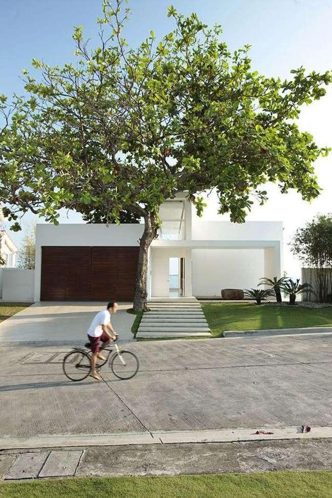 46. Modelos de garagem para casa grande com portão de madeira – Foto Pinterest