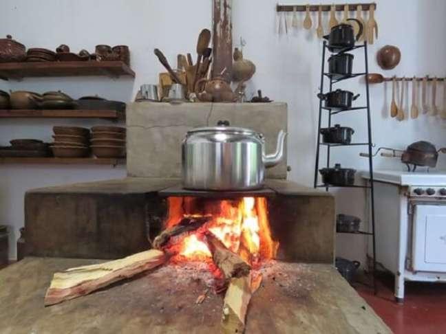 43. Decoração de área gourmet com fogão a lenha – Foto Pinterest