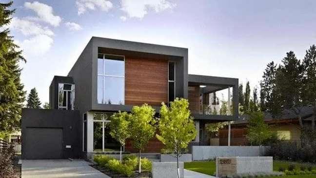 11. Casa grande com modelos de garagem cobertas e portão preto – Foto Rancangan Desin Rumah Minimalis