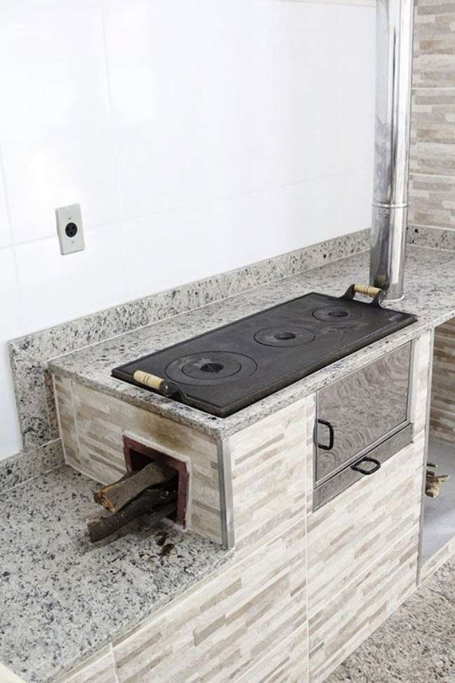 20. Área gourmet com fogão a lenha e forno – Foto Ecofogão