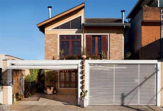 33. Modelos de garagem com portão branco e janela de madeira – Foto Pinterest