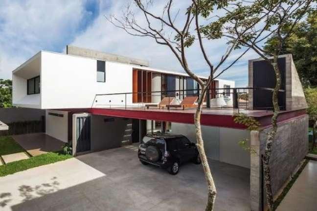 10. Casa grande com garagem para vários carros – Foto Zaveno