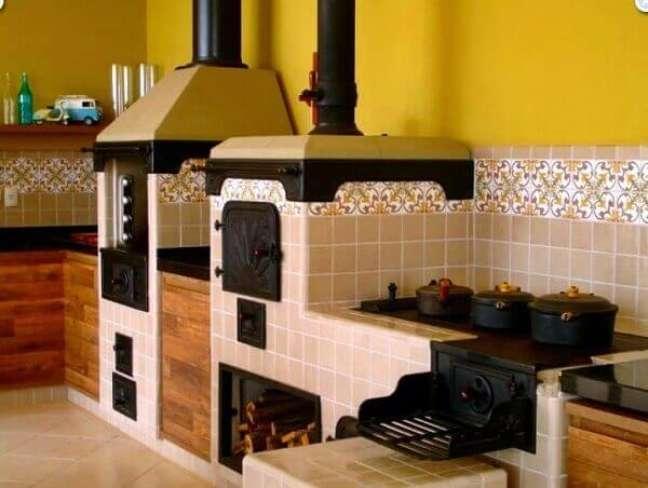 37. Crie uma área gourmet rústica com fogão à lenha e churrasqueira – Fonte Pinterest