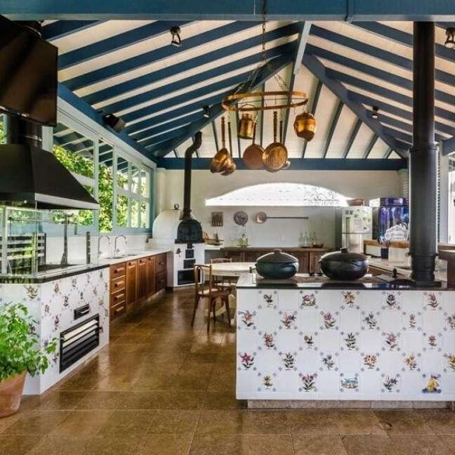 1. Otimize o espaço e monte uma área gourmet com fogão a lenha e churrasqueira – Fonte Andrea Murão