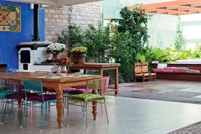 56. Decoração de área gourmet com fogão a lenha e mesa de madeira – Foto Pinterest