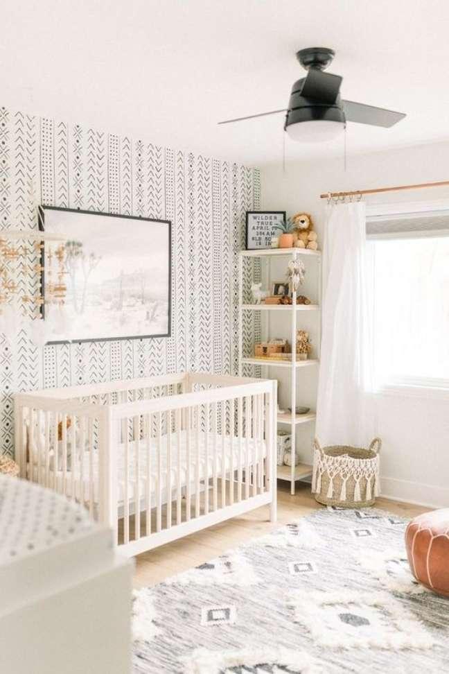 12. Quarto de bebe moderno com móveis brancos e papel de parede preto e branco – Foto Jetty Home