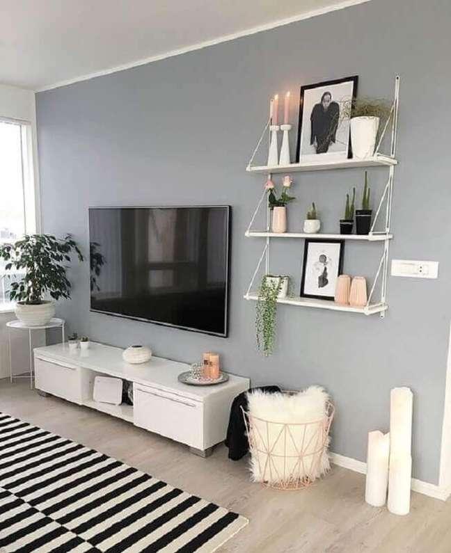 56. Tapete listrado para decoração de sala pintada de cinza e branco – Foto: Jeito de Casa