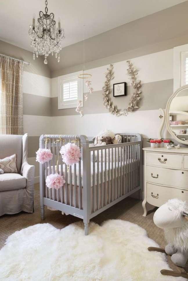 10. Quarto de bebê moderno com lustre de cristal e móveis cinza – Foto Elle Decor