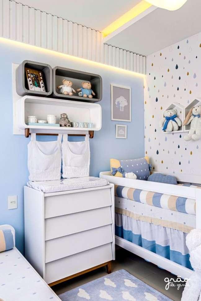 33. Cômoda com cabideiro e trocador para quarto de bebe moderno em azul e branco – Foto Grão de Gente