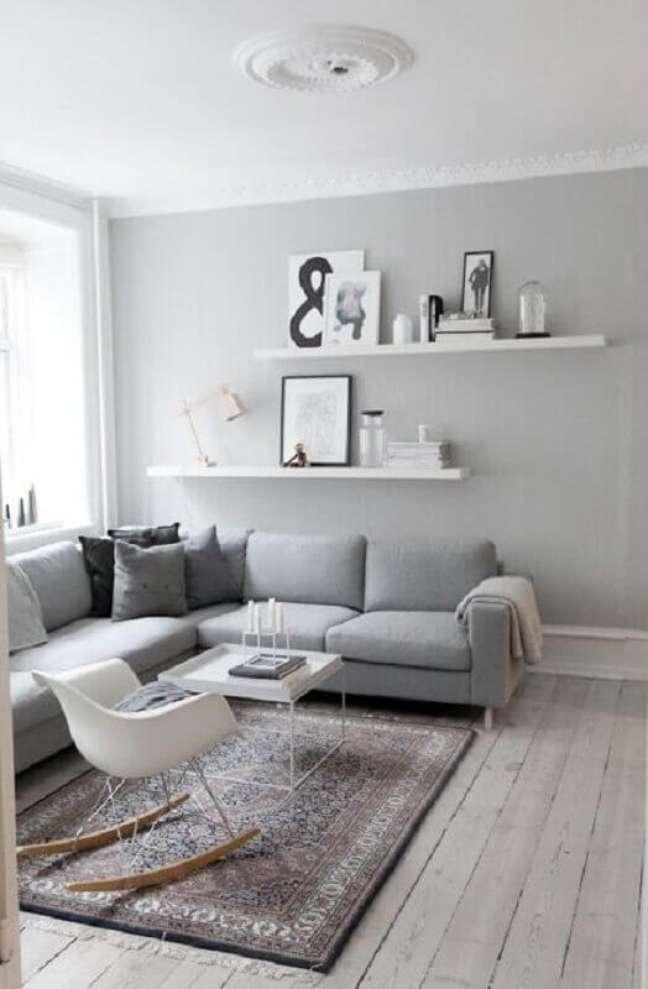 17. Decoração de sala cinza e branco simples com sofá de canto e cadeira de balanço – Foto: Pinterest