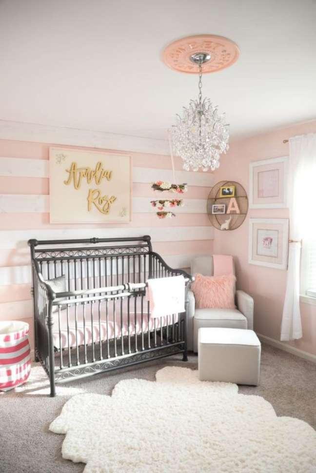 60. Quarto de bebe moderno com papel de parede rosa listrado – Foto Venezia