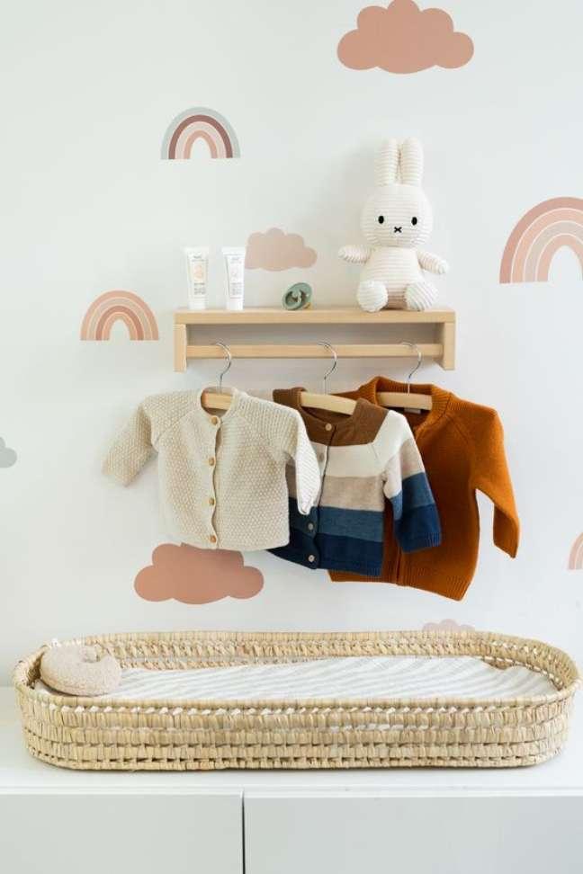 34. Cômoda com cabideiro de madeira e trocador para organizar o quarto de bebe moderno – Foto Pinterest