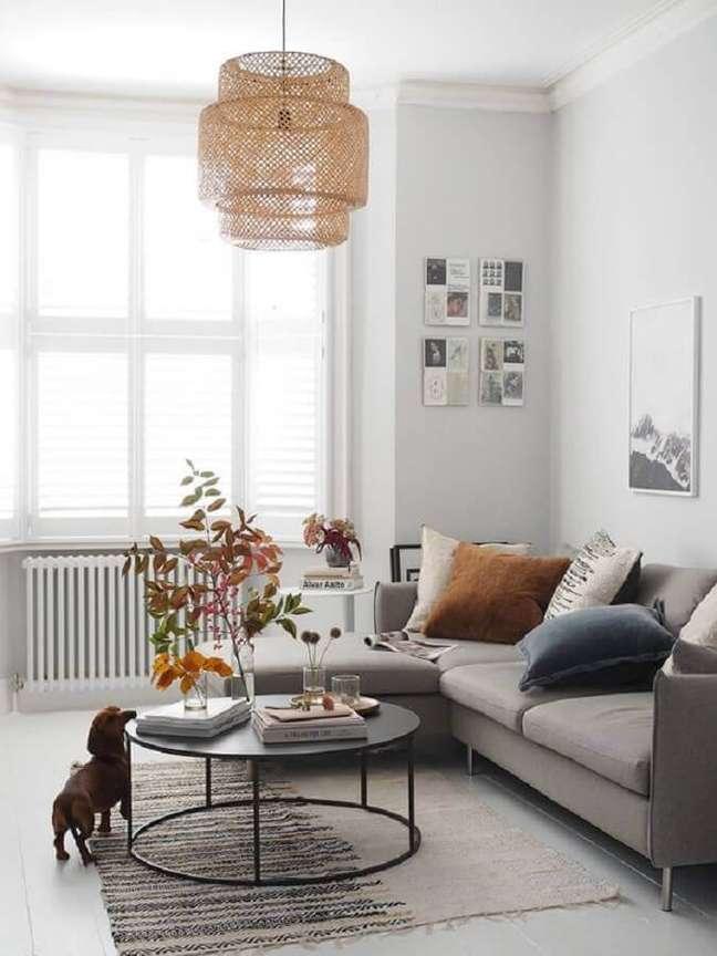 34. Lustre rústico para decoração sala cinza e branco – Foto: Pinterest