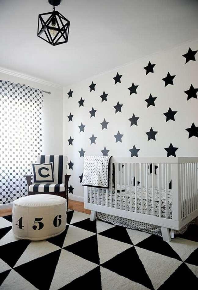 19. Quarto de bebê moderno em preto e branco com papel de parede de estrelas e tapete geométrico – Foto Webcomunica