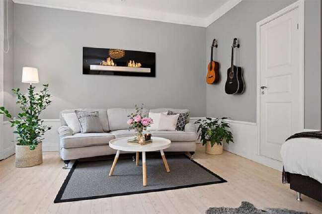 20. Decoração de sala pintada de cinza e branco com mesa de centro redonda – Foto: Pinterest