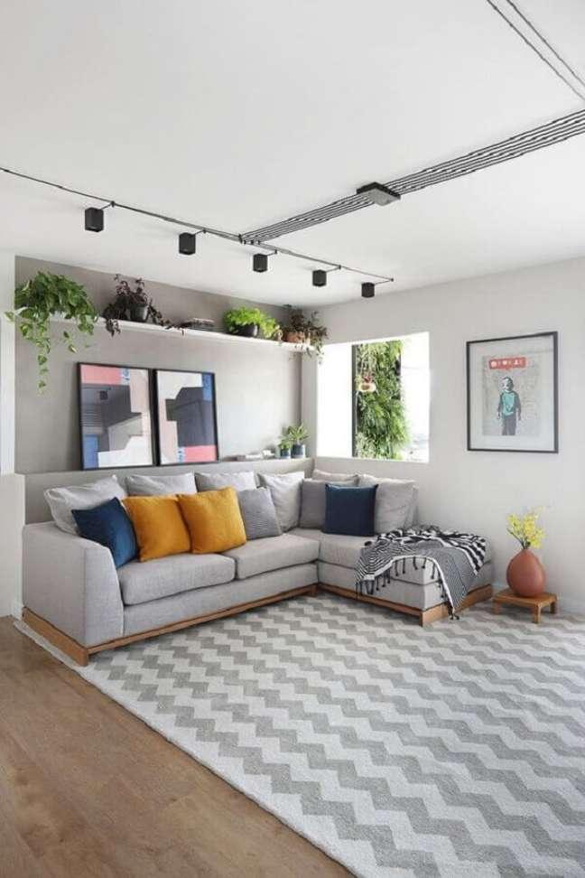 8. Almofadas coloridas para decoração sala cinza e branco – Foto: Habitare
