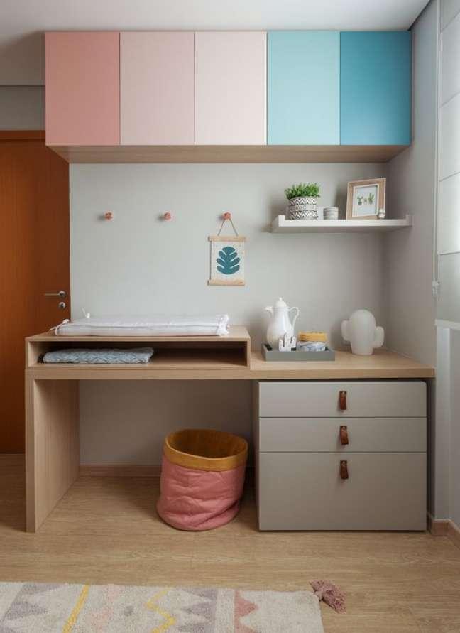 51. Móveis coloridos para quarto de bebê moderno – Foto Amis Arquitetura