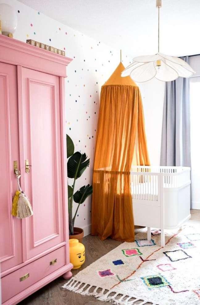 21. Quarto de bebe retro com guarda roupa rosa – Foto Interior vitamin
