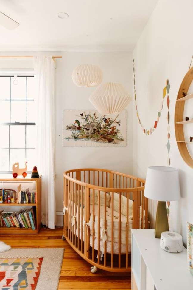 47. Lustre para quarto de bebê moderno e móveis de madeira – Foto Domino Magazine