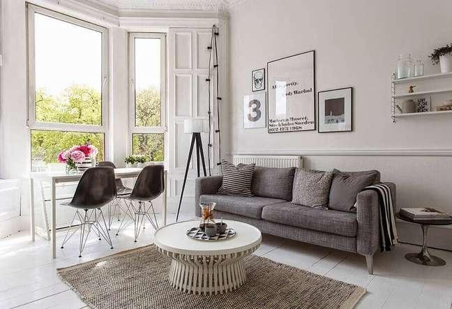 13. Decoração de sala branca e cinza com almofadas e manta para sofá – Foto: Webcomunica