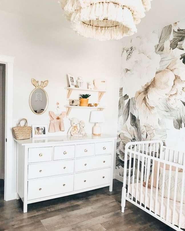 24. Quarto de bebe retro branco com papel de parede floral – Foto Project Nursery