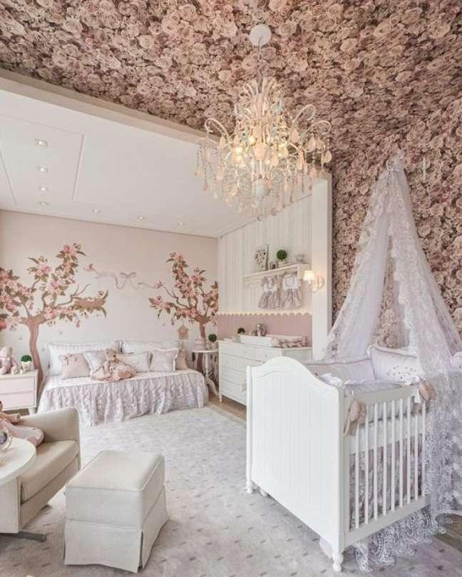 9. Quarto de bebê moderno com papel de parede floral e móveis brancos – Foto Pinterest