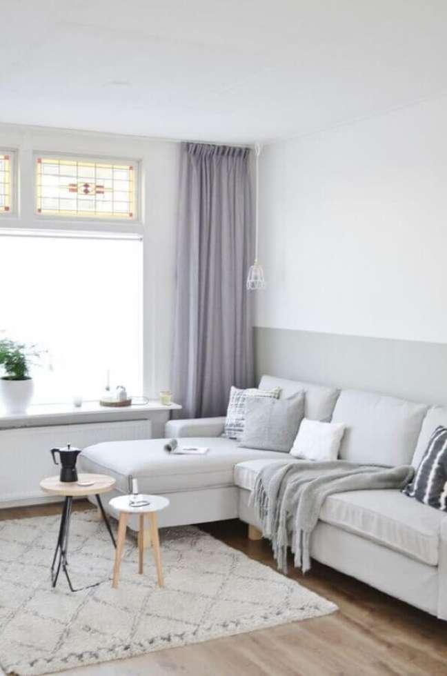 51. Sofá com chaise para decoração de sala cinza e branco clean – Foto: L'Essenziale