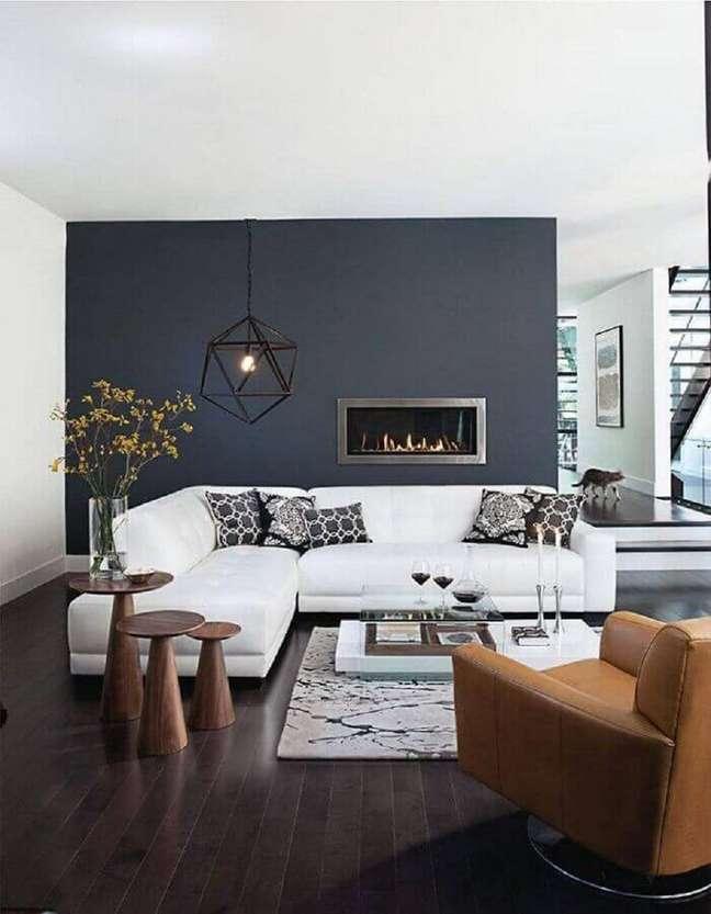 3. Decoraçao moderna para sala cinza e branco grande com lareira e mesa lateral de madeira – Foto: Pinterest