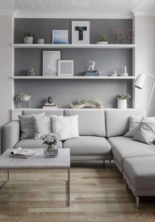 39. Piso de madeira para decoração sala cinza e branco com sofá de canto – Foto: Pinterest