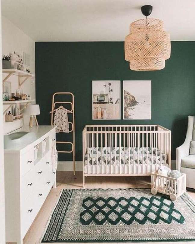 4. Quarto de bebê moderno com parede verde esmeralda e móveis brancos -Foto Revista VD