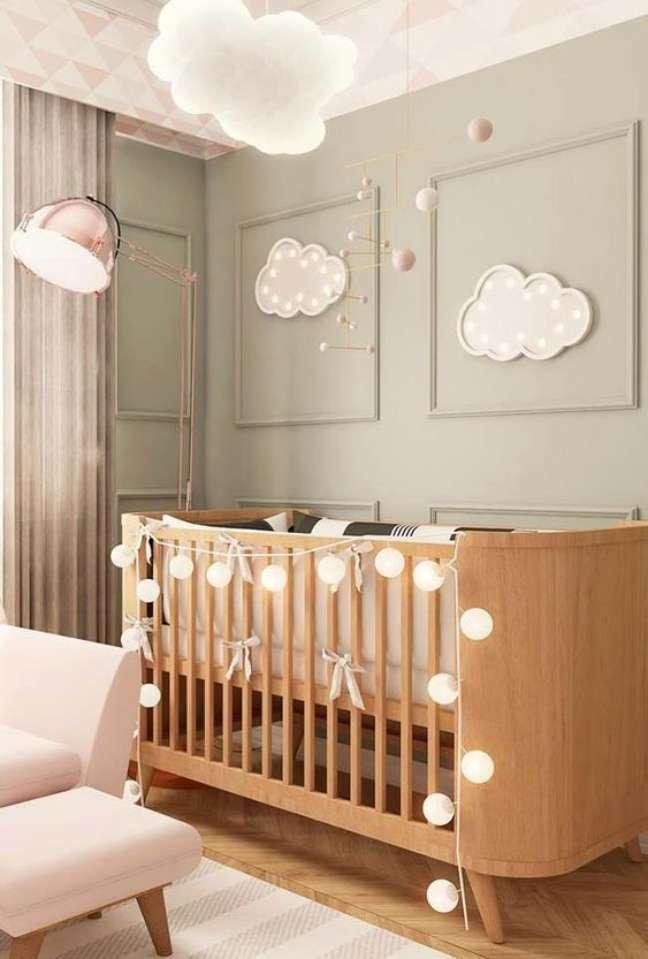 7. Quarto de bebê moderno com berço de madeira e iluminação de nuvens na parede – Foto Pinterest