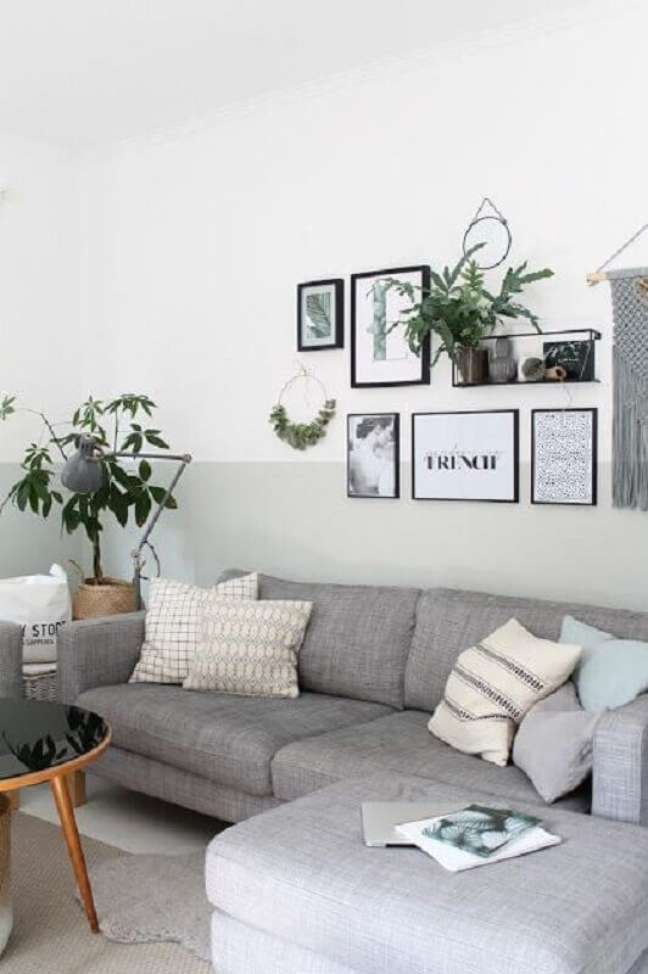 42. Quadros de parede para decoração de sala cinza e branco simples – Foto: Britta BLOGGT
