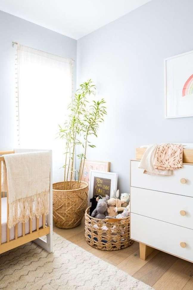 41. Decoração de quarto de bebê moderno com móveis de madeira e parede azul – Foto Vestida de Noiva