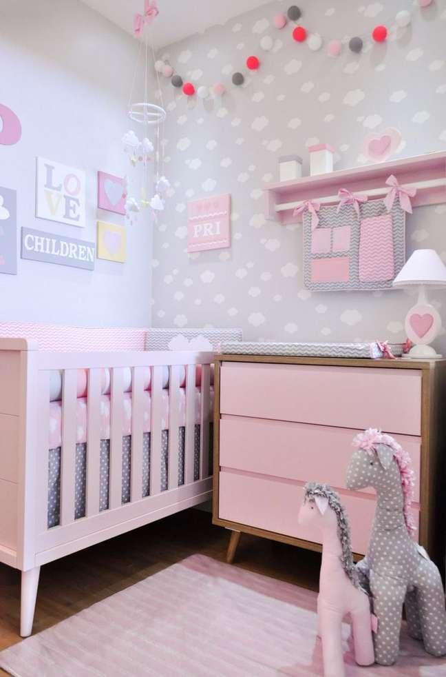 17. Quarto de bebe moderno rosa e cinza com móveis retrôs – Foto Puro Amor