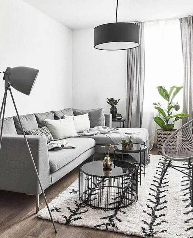 29. Decoração sala cinza e branco com luminária de piso e mesa de centro redonda – Foto: Espaço Mulher