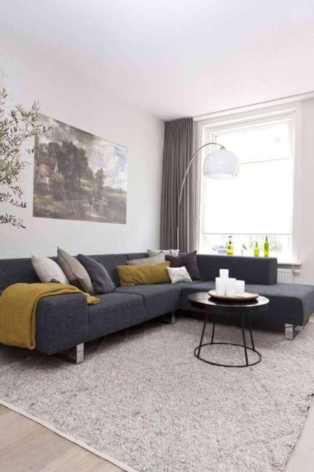 52. Sofá com chaise para decoração de sala cinza e branco com luminária de piso – Foto: Pinterest