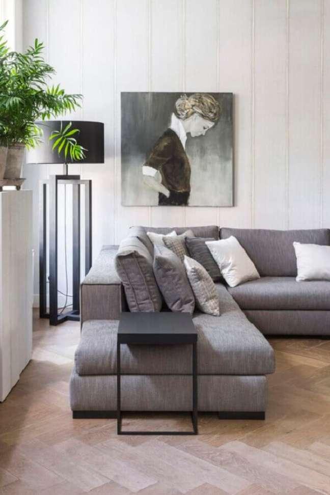 47. Sala de estar cinza e branco decorada com abajur de chão e sofá de canto – Foto: Futurist Architecture