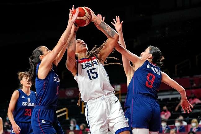 Brittney Griner, cestinha dos EUA, é marcada de perto por duas sérvias na semifinal