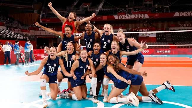 Jogadoras dos Estados Unidos comemoram passagem à final no vôlei feminino